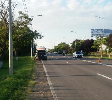 Accident între o ambulanţă şi un cvadriciclu la ieşirea din Oradea spre Aeroport. Vehiculul din urmă a fost făcut zob, şoferul a fost dus la spital (FOTO)