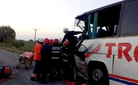 Accident grav în Arad: Doi morţi şi 10 răniţi după ce un autocar s-a izbit frontal de un microbuz (FOTO / VIDEO)