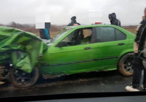 Accident cu trei răniţi lângă Beiuş: Şoferul unui BMW a ratat o depăşire, s-a lovit de o dubiţă, iar cele două maşini au ajuns în şanţ (FOTO)