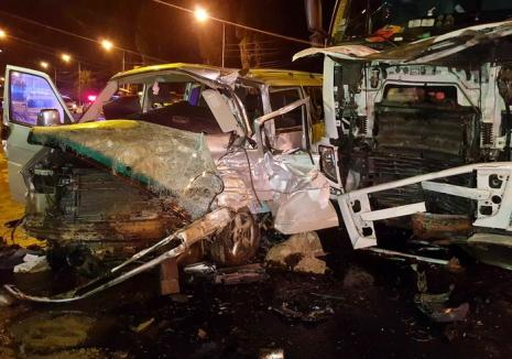 Primele concluzii în accidentul de pe Șoseaua Borşului: Şoferul de TIR a întors pe linia dublă continuă, izbind microbuzul frontal
