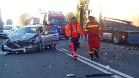 Accident pe Calea Borşului: Ambulanță în misiune, lovită de un Ford și proiectată într-un TIR. Două persoane au ajuns la spital (FOTO)