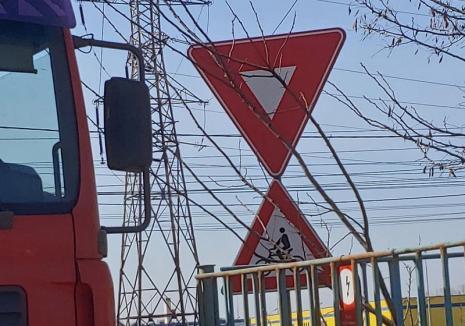 Biciclist rănit grav pe pista de pe Calea Borşului: Şoferul unui camion nu i-a acordat prioritate (FOTO)