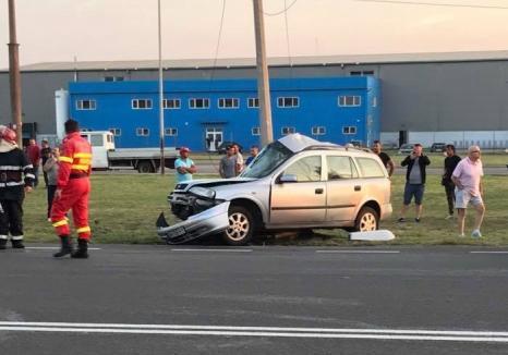 Maşină distrusă pe Şoseaua Borşului: Şoferul s-a izbit de un stâlp (FOTO)
