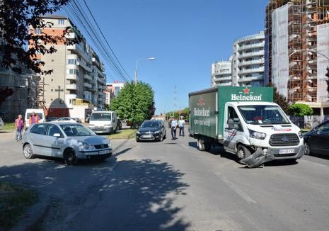Ocoliţi! Una din benzile de circulaţie spre Ioşia este blocată de o tamponare din Calea Aradului (FOTO)