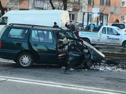 Accident în Cantemir: Sunt implicate trei maşini şi un tramvai, trei persoane au ajuns la spital (FOTO)