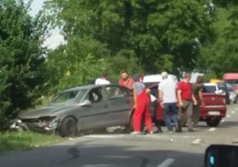 Accident la Cauaceu:  Un tânăr a ajuns la spital după ce a intrat cu maşina în depăşire şi s-a izbit de roata unei remorci