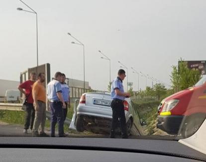 Drogat la volan: Un salontan de 19 ani a pierdut controlul mașinii pe centură şi s-a oprit în canal!