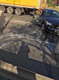 Accident spectaculos pe Centura Oradea, după ce un Opel a fost acroșat de un TIR: Din impact, parapeţii au fost proiectaţi câţiva metri (FOTO)