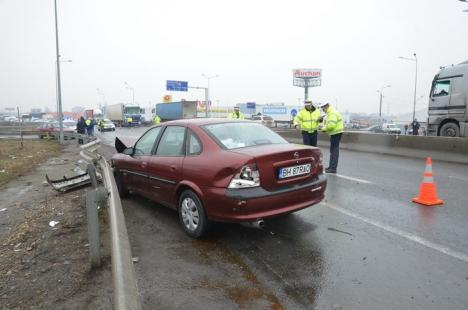 Accident pe centură: O dubiţă a intrat în parapeţi şi s-a răsturnat, lovită de un Opel al cărui şofer n-a adaptat viteza la drum (FOTO/VIDEO)