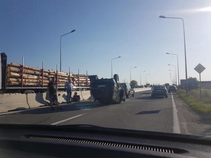 Accident pe centura Oradea: Trei maşini s-au lovit, un Mitsubishi s-a răsturnat cu roţile în sus (FOTO)