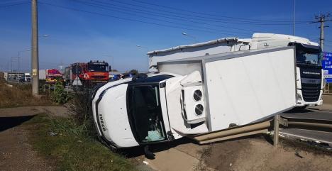 Accident cu trei mașini pe Centura Oradea: Dubiță răsturnată în zona pasajului spre Cihei (FOTO)