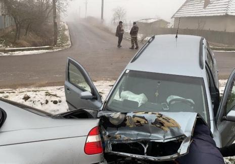 """Şosea """"transformată"""" în pârtie, în Bihor: BMW şi Skoda, în același şanţ, la interval de 15 minute"""
