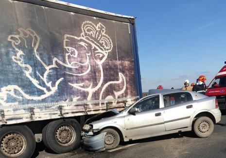 Accident pe DN 79, în Ciumeghiu: Un autoturism s-a izbit cu un TIR (FOTO)