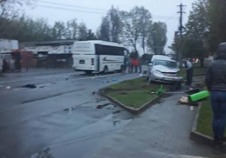 Accident pe Calea Clujului din Oradea: Şoferul unui Chevrolet a ieşit dintr-o benzinărie şi a intrat într-un autobuz!