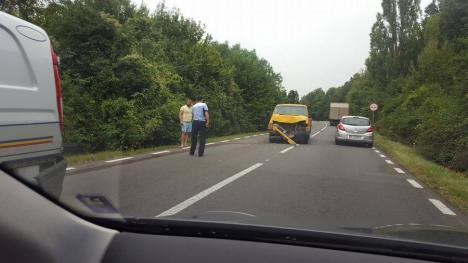 Impact cu maşina Poliţiei: Un şofer a intrat într-o autospecială pe DN 76