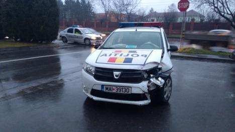 Accident cu maşina Poliţiei în Oradea, în faţă la hotel Ramada (FOTO)