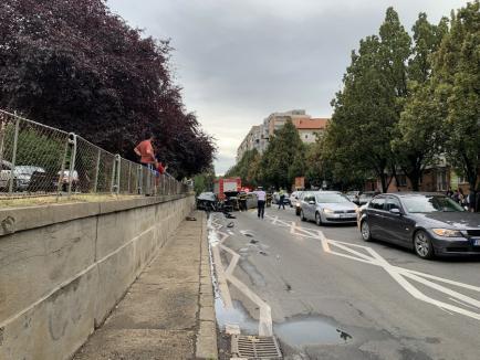 Accident în faţa şcolii Dacia din Oradea: O persoană a rămas încarcerată (VIDEO / FOTO)