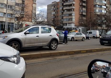 Fără permis şi drogat la volan, un tânăr din Oradea a rănit o femeie şi a avariat 3 maşini (FOTO)