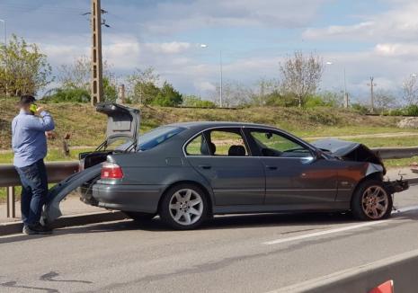 Circulaţie îngreunată pe centură, în zona Ovid Densuşianu: Şoferul unui BMW a intrat cu maşina în parapet (FOTO)