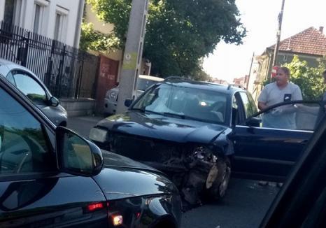 Două maşini s-au lovit frontal pe strada Depoului: Unul dintre şoferi a fost rănit uşor