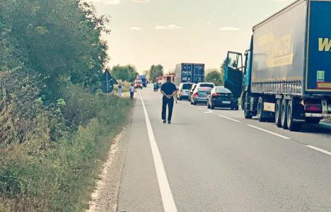 Accident grav pe DN 19, în Bihor: Un Audi a intrat pe contrasens şi a lovit o maşină a jandarmilor. Trei persoane rănite, una în cod roșu! (FOTO)