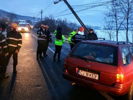Accident pe DN 1: O maşină a lovit un stâlp de curent, care a căzut peste şosea (FOTO)
