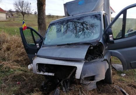 Accident pe DN 1: Doi răniţi, după ce o dubiţă a lovit un cap de pod în Borod (FOTO)