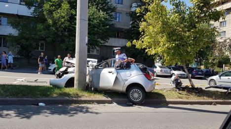 VW Polo vs Ford: O şoferiţă şi-a făcut maşina praf, după ce a intrat în stâlp în Dragoş Vodă (FOTO)