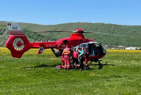 Accident în Bihor: Un motociclist s-a izbit de cupa unui excavator pe o şosea din Josani. A fost dus la spital cu elicopterul SMURD (VIDEO)