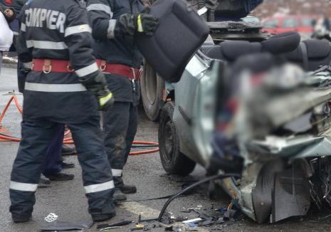 Accident în Borş: Un autoturism s-a izbit de un TIR, o persoană a rămas încarcerată