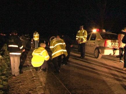 Un bihorean s-a oprit cu maşina într-un cap de pod, iar apoi şi-a abandonat pasagerul rănit şi a fugit. Ce au descoperit poliţiştii