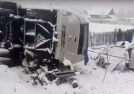 Accident grav în Harghita: Doi tineri au murit şi şapte persoane au fost rănite, după ce un microbuz s-a răsturnat (VIDEO)