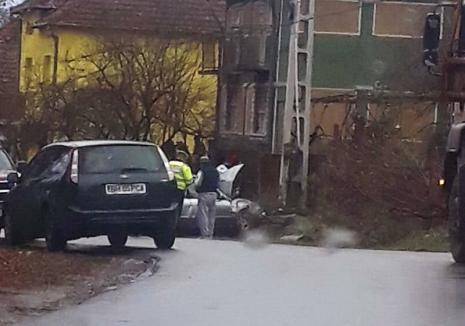 Accident mortal la Tinca. Un fost pădurar din Dumbrăviţa a lovit cu maşina doi arbori şi s-a izbit frontal de un stâlp de curent