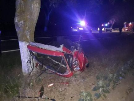 Accident groaznic, în Tulcea: Trei tineri au murit după ce mașina li s-a rupt în două, din impactul cu un copac (FOTO)