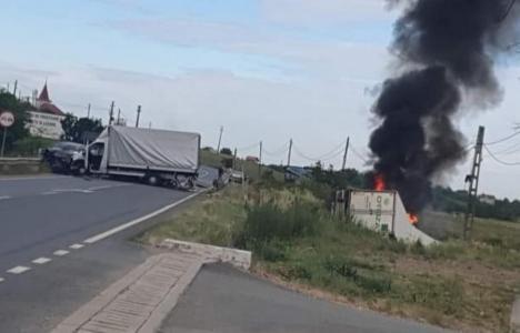 Accident cu o maşină, o autoutilitară şi un TIR în Bihor. TIR-ul s-a răsturnat şi a luat foc (VIDEO)
