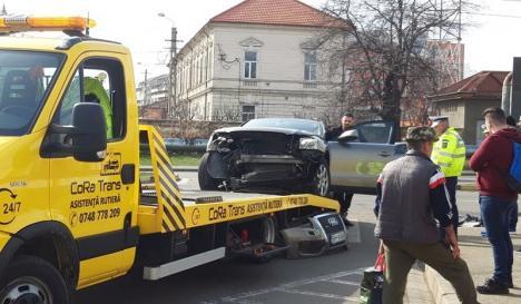 Accident pe Bulevardul Decebal din Oradea: O femeie la spital şi două maşini distruse (FOTO / VIDEO)
