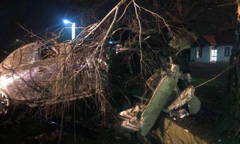 Un șofer de BMW a intrat cu mașina într-un stâlp și apoi într-un gard în Lugașu de Jos (FOTO)
