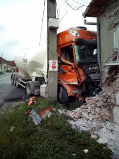 Accident grav pe DN 76: O autocisternă s-a oprit în peretele unei case, după ce s-a ciocnit cu un BMW (FOTO/VIDEO)