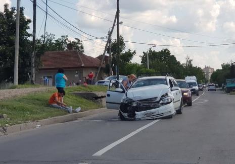 Accident în Oradea: Şoferiţa unui Opel nu a acordat prioritate şi a izbit un Volkswagen (FOTO)