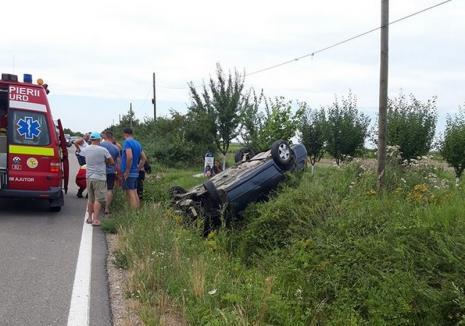 Mașină răsturnată cu roțile în sus, lângă Miersig. O tânără a fost rănită