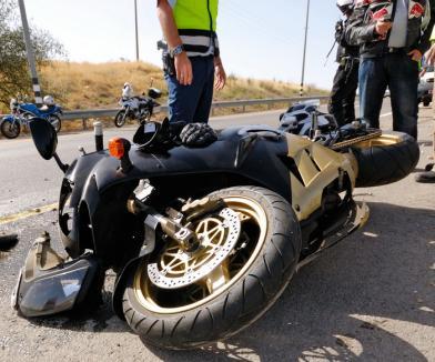 Motociclist în spital, după ce s-a izbit într-un cap de pod