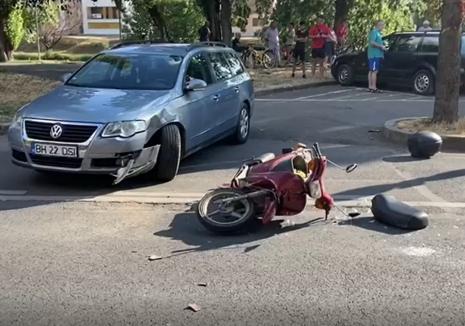 Accident cu mopedist în Oradea. Un bărbat a ajuns la spital (VIDEO)