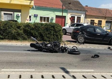 Accident în Tinca: Motociclist de 27 de ani în stare gravă, după ce a intrat în plin într-o maşină care nu i-a acordat prioritate