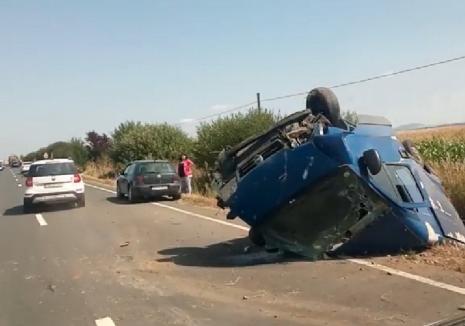 Accident, între Nojorid și Leș: O mașină s-a răsturnat cu roțile în sus (VIDEO)