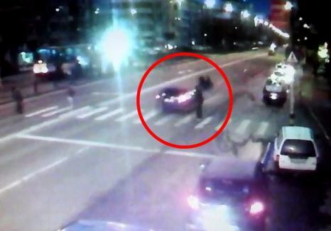 VIDEO ŞOCANT: O orădeancă şi fiica ei de 11 ani, acroşate de o maşină în timp ce traversau. Şoferul s-a ales cu dosar penal
