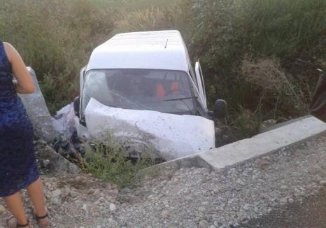 Poliţiștii şi medicii SMURD au fost chemaţi la accident, dar au găsit maşina goală. Șoferul a apărut beat, după 20 de minute (FOTO)