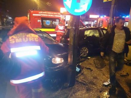 Accident cu două Golf-uri, în sensul giratoriu: O şoferiţă de 24 de ani din Israel a intrat pe sensul opus (FOTO)