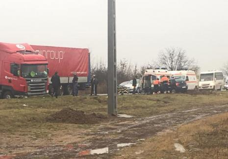 Accident pe DN 79, între Nojorid şi Oradea: O mașină mică s-a izbit de un TIR, o femeie și un copil au ajuns la spital