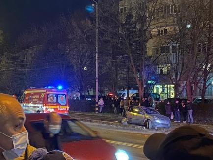 """Accident spectaculos în Oradea: Două maşini s-au lovit, una a """"aterizat"""" pe liniile de tramvai (FOTO / VIDEO)"""