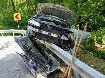 Accident în Peştiş: O şoferiţă însărcinată a ajuns la spital în stare gravă, după ce a 'călărit' cu maşina parapetul (FOTO)